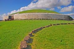 纽格莱奇墓史前纪念碑在米斯郡爱尔兰 免版税库存图片
