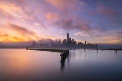 从纽波特小游艇船坞的有雾的日出在泽西市 图库摄影