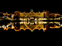 纽波特海湾俱乐部在晚上 免版税库存图片
