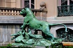 纽波特, RI :在榆木豪宅的狮子雕象 免版税图库摄影
