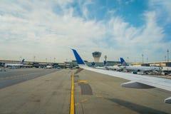 纽瓦克, NJ - 2017年10月16日:在飞机尾翼的联航商标在机场在纽瓦克,新泽西 团结 免版税库存图片