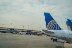 纽瓦克, NJ - 2017年10月16日:在飞机尾翼的联航商标在机场在纽瓦克,新泽西 团结 图库摄影
