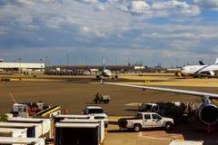 纽瓦克, NJ - 6月07日:终端纽华克自由国际机场A在大陆和JetBlue航空器的新泽西  库存图片