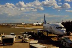 纽瓦克, NJ - 6月07日:终端纽华克自由国际机场A在大陆和JetBlue航空器的新泽西  库存照片