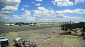 纽瓦克, NJ - 6月07日:终端纽华克自由国际机场A在大陆和JetBlue航空器的新泽西  免版税库存图片