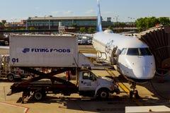 纽瓦克, NJ - 6月07日:终端纽华克自由国际机场A在大陆和JetBlue航空器的新泽西  免版税图库摄影