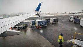纽瓦克-新泽西-在北部东部的2017 12月17日,降雪减速离去在假日期间的飞机 免版税库存照片