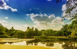 纽约中央公园在与曼哈顿的一个晴朗的夏日 免版税图库摄影
