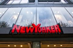 纽约人服装店标志斯图加特Koenigsstrasse白天 免版税图库摄影