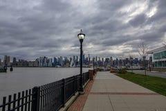 纽约从江边的地平线视图 免版税库存图片
