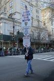 纽约前进在圣帕特里克` s天游行的警察局官员在纽约 免版税库存图片