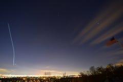 纽约和纽瓦克,星,与在黑暗的平面足迹 库存图片