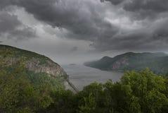 纽约哈德森高地的十一级风接近的风暴国王Mountain  库存照片