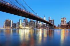 纽约在与布鲁克林大桥的晚上 免版税库存照片