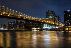 纽约在夜之前:皇后区大桥、East河和曼哈顿 免版税库存图片