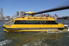 纽约在布鲁克林大桥下的水出租汽车 免版税库存图片