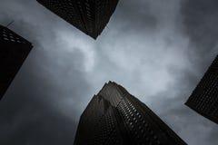 纽约在晚上在一多云天 库存图片