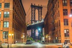 纽约在晚上,曼哈顿桥梁 免版税库存照片
