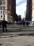 纽约在极大的人群,西部的中央公园,妇女` s NY 3月, NYC,美国附近的警察 免版税库存图片