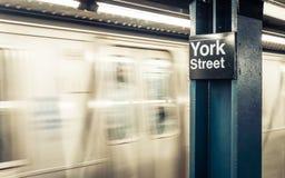 纽约在约克街道的地铁车站 免版税图库摄影