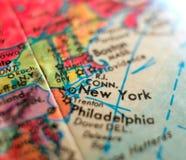 纽约地图美国状态集中宏观射击于旅行博克、社会媒介、网横幅和背景的地球地图 免版税库存照片