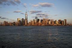 纽约地平线全景在以世界贸易中心一号大楼(1WTC),自由塔,纽约,纽约为特色的水的, 库存照片