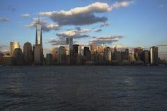 纽约地平线全景在以世界贸易中心一号大楼(1WTC),自由塔,纽约,纽约为特色的水的, 库存图片