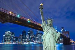 纽约地平线和自由雕象在晚上, NY,美国 免版税库存图片