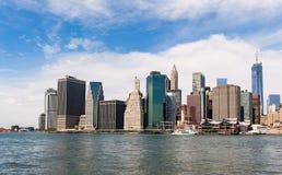 纽约地平线和East河在蓝天下 图库摄影