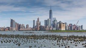 纽约地平线在早晨 从河拍的照片 免版税库存照片