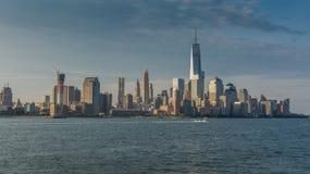 纽约地平线在早晨 从河拍的照片 库存图片