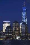 纽约地平线看法在以世界贸易中心一号大楼(1WTC),自由塔,纽约,纽约,美国为特色的黄昏的 库存图片