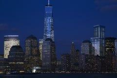 纽约地平线看法在以世界贸易中心一号大楼(1WTC),自由塔,纽约,纽约,美国为特色的黄昏的 免版税库存图片
