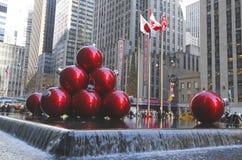 纽约地标,在洛克菲勒中心的无线电城音乐厅用圣诞节装饰装饰了在曼哈顿中城 免版税库存图片