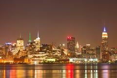 纽约城,美国五颜六色的夜地平线全景 库存图片