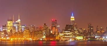 纽约城,美国五颜六色的夜地平线全景 免版税库存图片
