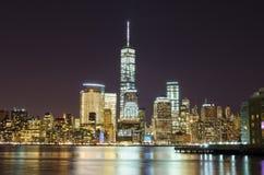 纽约天空线在晚上 库存照片
