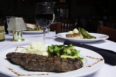 纽约小条牛排用土豆泥和混杂的菜4 免版税库存照片