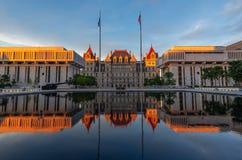 纽约州国会大厦在日落,阿尔巴尼, NY,美国的大厦反射 免版税库存图片