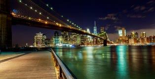 纽约布鲁克林大桥和曼哈顿地平线哈得逊河照亮了 免版税图库摄影
