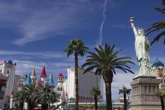 纽约或拉斯维加斯?自由女神像通过棕榈 库存图片