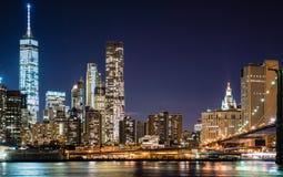纽约摩天大楼的夜视图从Brookl的 图库摄影