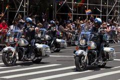 纽约摩托车警察编组在骄傲游行的乘驾 免版税库存照片