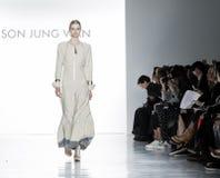纽约时尚星期FW 2017年-儿子Jung苍白收藏 免版税图库摄影