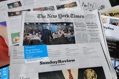 纽约时报周末花费了$6 00美国DOLARS 库存照片