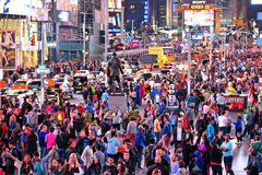 纽约时报广场,是霓虹艺术和商务的一个繁忙的旅游交叉点并且充分是一条偶象街道pe 库存图片