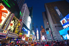 纽约时代广场的升在与交通堵塞和人的人群的晚上 免版税图库摄影