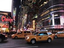 纽约时代广场计程车夜光 免版税库存图片