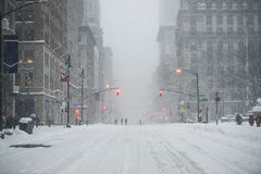 纽约曼哈顿在雪下的中间地区街道在雪飞雪期间在冬天 倒空第5条大道没有交通 库存照片