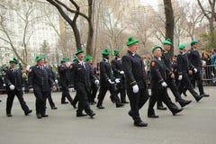 纽约消防队员的消防队前进在圣帕特里克的天游行的在纽约 库存照片